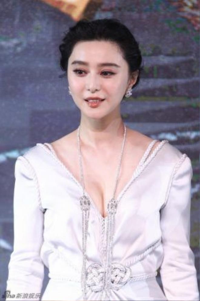 Phạm Băng Băng gợi cảm trong sự kiện với váy trễ nải.