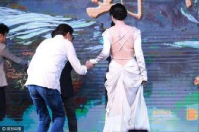 Vùng lưng hở hang lộ vóc dáng phì nhiêu của nữ diễn viên.