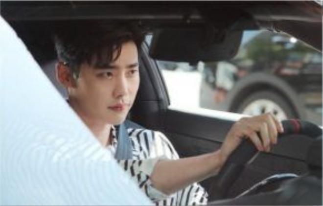 Lee Jong Suk hóa thânthành một nhân vật bước ra từ truyện tranh tên là Kang Chul trong W - Hai thế giới