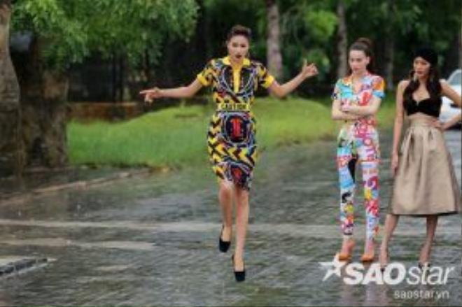 Hai người đẹp Hồ Ngọc Hà và Phạm Hương với các kiểu tóc gọn gẽ đều chải ngược ra phía sau để dễ dàng cho những hoạt động ngoài trời. Trong khi đó, Lan Khuê chọn style quấn khăn turban.