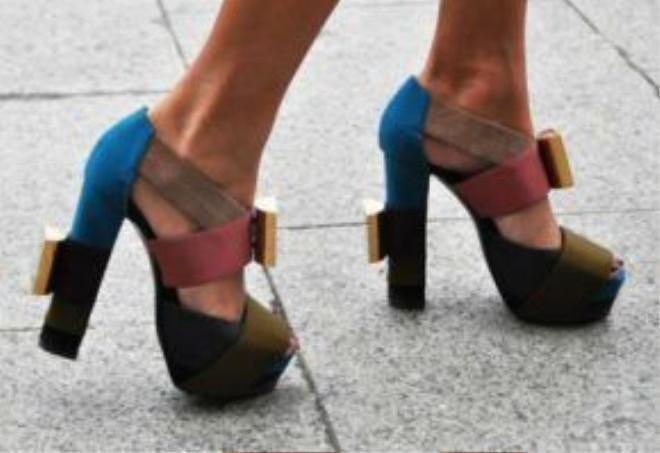 Đôi giày cao gót đế thômạnh mẽ trong từng chuyển động.