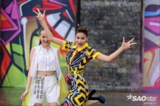 Phạm Hương trở nên cá tính khác lạ khi kết hợp xu hướng pop art và Block heels.