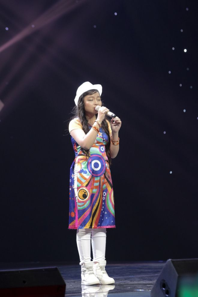 Ngoài các kiểu tóc độc đáo, nhiều thí sinh nhí năm nay cũng khá tinh tế trong cách làm mới diện mạo của mình. Như cô bé Huỳnh Thị Hoài Thương chọn chiếc mũ phớt trắng ton sur ton với giày.