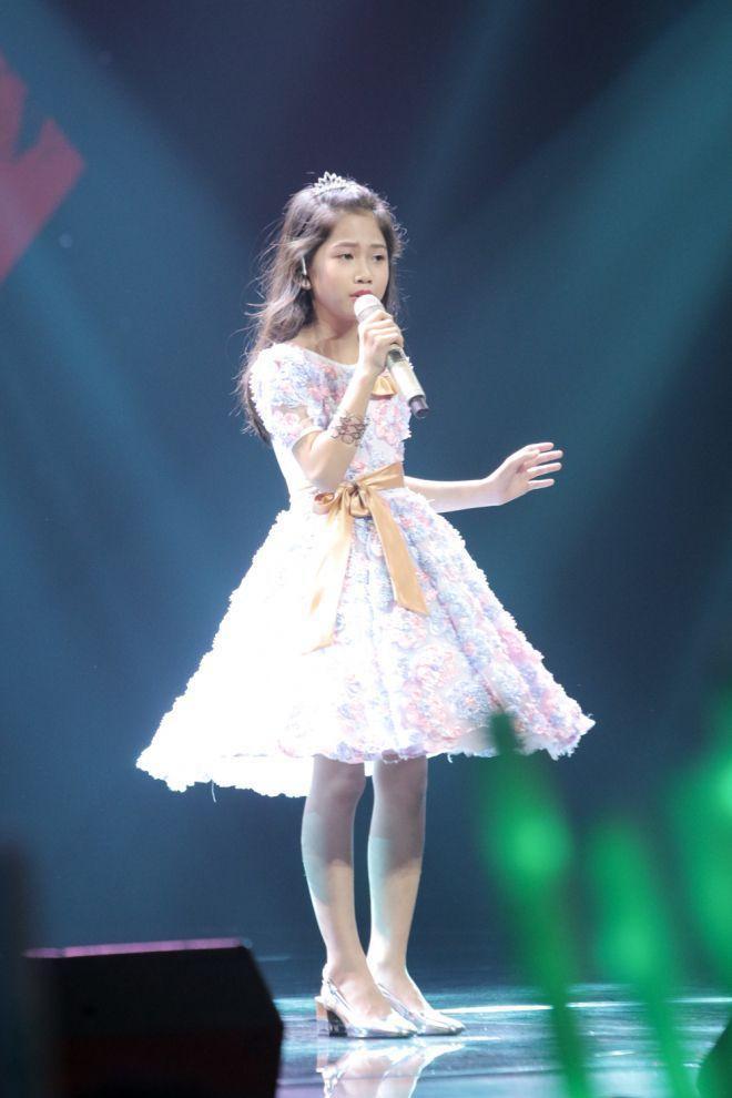 Chiếc vương miện nhỏ xíu chính là điểm nhấn thú vị cho diện mạo của bé Trần Minh Nguyệt.
