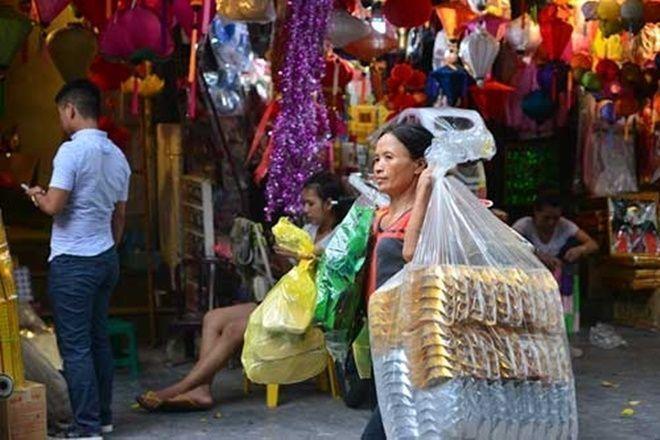 Dạo qua một vòng phố Hàng Mã có thể thấy những mặt hàng bình dân nhất từ chiếc lược, đôi dép, quần áo cho tới những thứ hiện đại như ô tô, nhà lầu bằng vàng mã được làm khá cầu kỳ và tỉ mỉ.