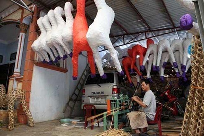 """Không chỉ các khu chợ """"âm phủ"""" mà các làng nghề vàng mã quanh Hà Nội như Đông Hồ (Bắc Ninh), Duyên Trường, Văn Hội (Thường Tín) cũng hừng hực không khí sản xuất. Nhiều người dân làng Đông Hồ (Song Hồ, Bắc Ninh) cho biết, đồ vàng mã được sản xuất và buôn bán quanh năm, nhưng đông nhất luôn là dịp rằm tháng 7, nhiều nhà làm cả ngày đêm vẫn không đủ hàng để xuất đi bán."""