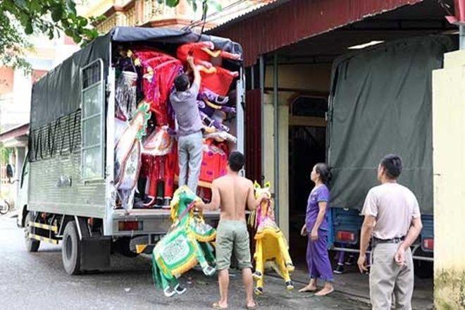 Khắp nẻo đường, ngõ xóm làng Văn Hội (Thường Tín), từng đoàn xe tải lớn nhỏ vào ra tấp nập lấy hàng xuất đi khắp các tỉnh thành trong cả nước, thậm chí cả xuất khẩu sang Lào, Trung Quốc. Các tiểu thương nhỏ lẻ thì đánh hàng bằng xe máy vận chuyển ra Hà Nội và các tỉnh lân cận.