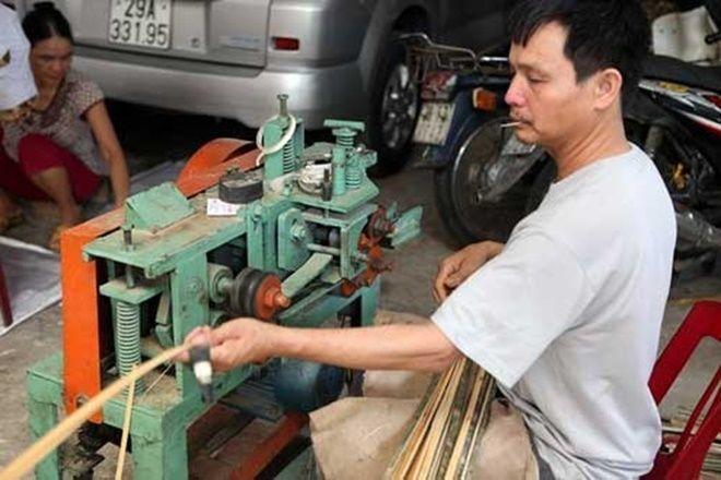 Để giảm sức lao động, tăng năng suất, nhiều gia đình trong làng Văn Hội còn đầu tư mua máy tuốt nan để đan khung ngựa.