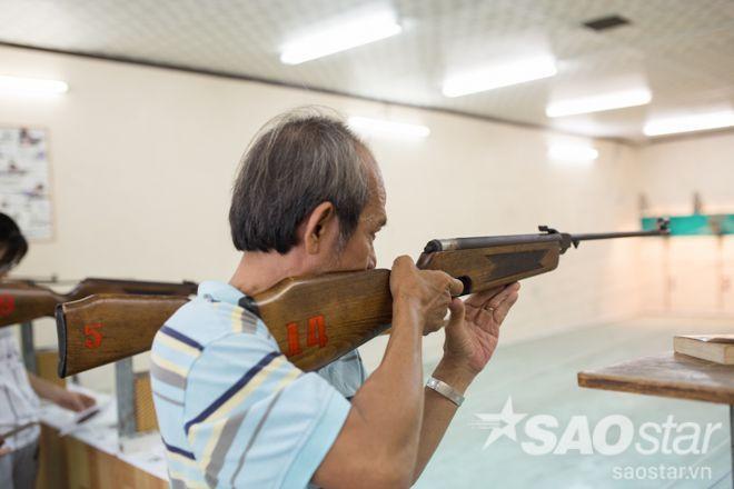 """Khả năng bắn súng chuẩn xác dù đã có tuổi của chú Vũ đã thể hiện vấn đề """"bất phân tuổi tác"""" trong việc tham gia vào bộ môn thể thao này."""