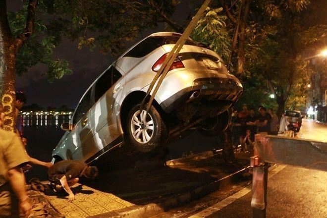 """Sau 3h nỗ lực trục vớt, chiếc xe """"xấu số"""" đã được kéo lên khỏi hồ nước."""
