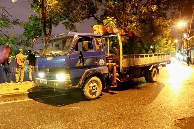 Sau khi nhận được tin lực lượng cứu hộ đã nhanh chóng có mặt tại hiện trường để tiến hành trục vớt chiếc xe ra khỏi hồ.