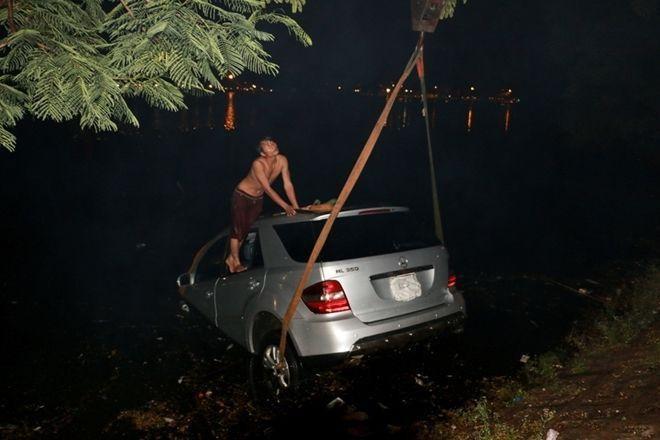 Do xe có tỉ trọng lớn cộng với việc nước ngập trong xe nên việc cứu hộ diễn ra khó khăn