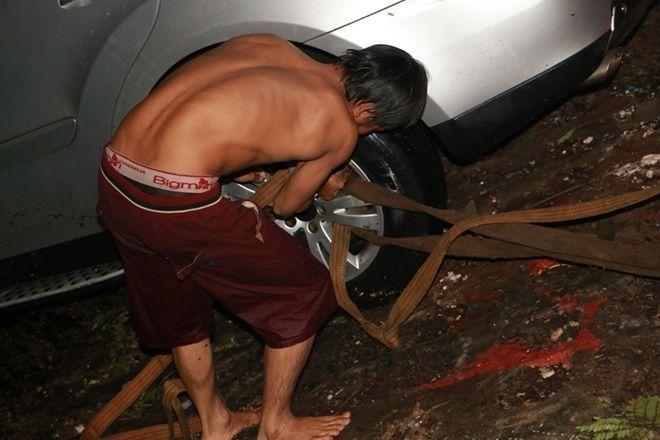 Nhân viên cứu hộ rằng đây cố định tại bánh xe sau để chuẩn bị cho khâu cuối cùng kéo chiếc xe lên .
