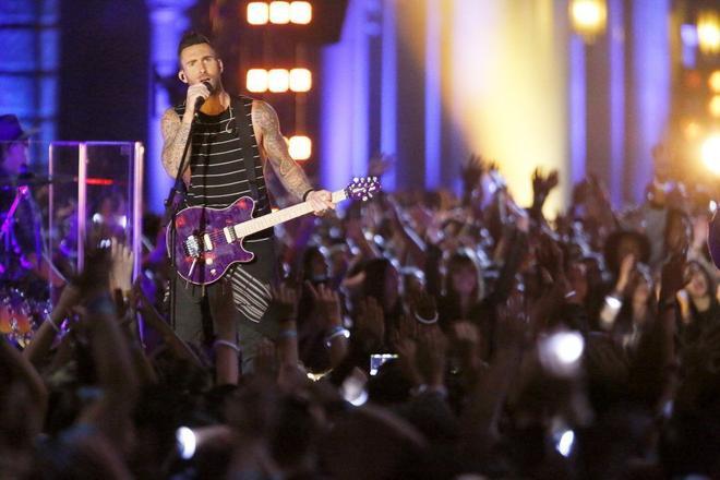 Và dĩ nhiên không thể thiếu nhân tố tạo nên sức hút của 10 mùa The Voice, Adam Levine