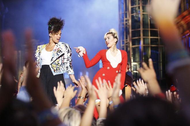 Bộ đôi HLV mới Alicia Keys và Miley Cyrus cực ngầu trên sân khấu