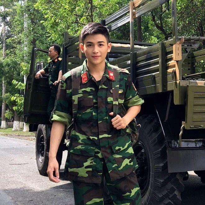 Gây bão cộng đồng mạng với hình ảnh chàng quân nhân khá bảnh trai, Nguyễn Hải Dương bỗng chốc được chú ý và hâm mộ. Thậm chí trang cá nhân của anh còn tăng lượt follow đột biến và mức độ chia sẻ cao.