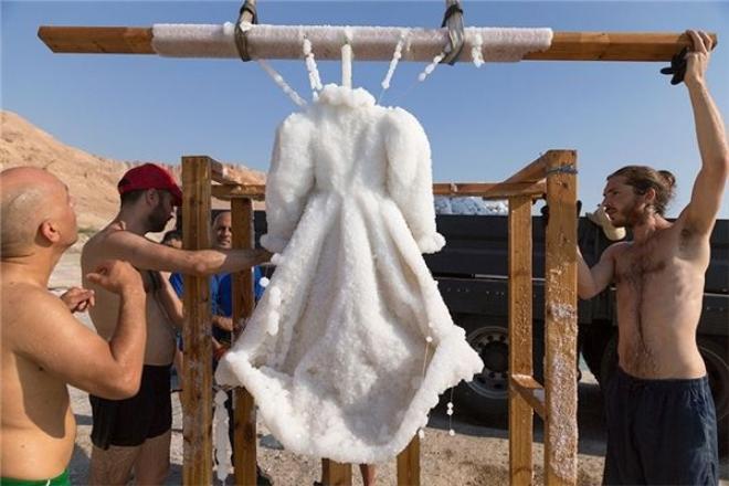 Hàm lượng muối cao trong nước của Biển Chết đã kết tinh lại trên chiếc áo. (Ảnh: Bored Panda)