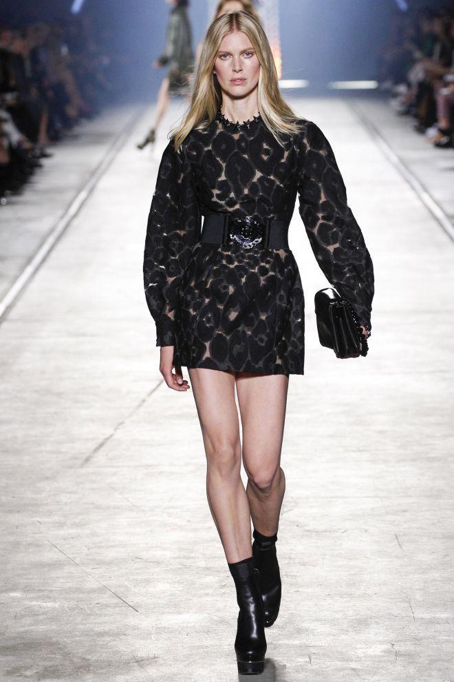 Toàn cảnh thiết kế được người mẫu trình diễn trên sàn runway. Chiếc váy có giá bán gần 41 triệu đồng.