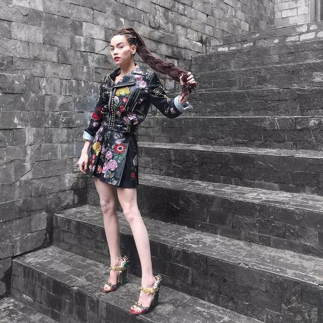 Có lẽ đây là một trong những set đồ đắt giá nhất của Hà Hồ khi cô tham gia ghi hình trong xuyên suốt quá trình ghi hình The Face. Trang phục mang hơi hướng rock chic punk cá tính và nổi loạn. Được trình diễn tại Milan Fashion Week Spring Summer 2016.