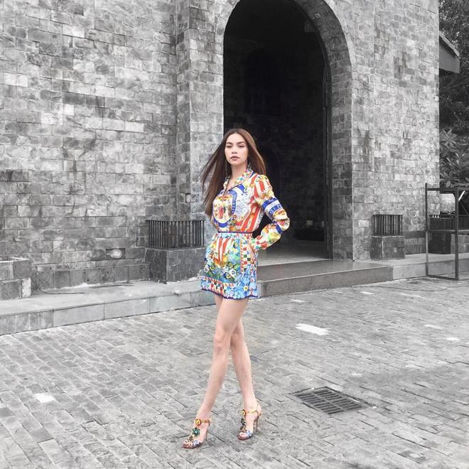 Hồ Ngọc Hà diện trang phục thuộc thiết kế mới nhất nằm trong BST Xuân Hè 2016 của Dolce&Gabbana.