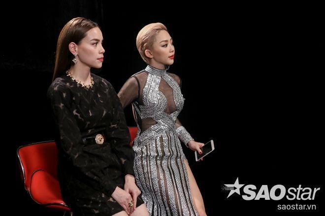 Màu đen là màu chủ đạo được Hà Hồ lựa chọn mặc xuyên suốt trong tập phát sóng thứ 7 và cả 2 trang phục đều thuộc thương hiệu Versace.