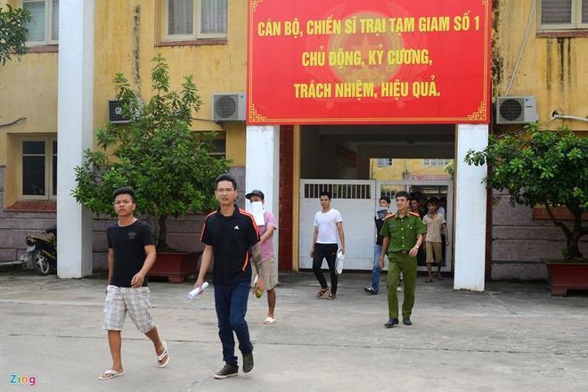 Cửa trại tạm giam hé mở, những phạm nhân được giảm hết án dịp 2/9 đi nhanh về phía gia đình đang đứng chờ. Nhiều người khóc khi ngoái cổ nhìn lại nơi đã cải tạo suốt nhiều tháng qua.