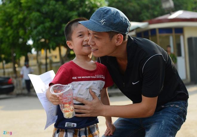 Sau nụ hôn lên má, cậu kể cho bố nghe về việc đã đứng đợi ngoài cổng như thế nào. Anh Trần Mạnh Hà không ngờ sau 2 năm xa cách, cậu con trai của mình đã cao như vậy.