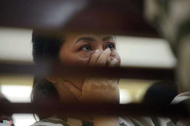 Một nữ phạm nhân trung tuổi rơi nước mắt khi đón nhận quyết định giảm thời hạn án phạt tù. Chưa được tự do như 26 người cùng trại tạm giam, nhưng chị tin rằng những nỗ lực cải tạo của bản thân sẽ được hội đồng tiếp tục ghi nhận.