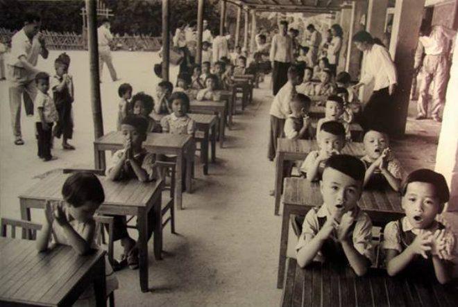 Buổi học đầu tiên của năm học mới của một lớp tiểu học ở miền Bắc trong thời chiến.