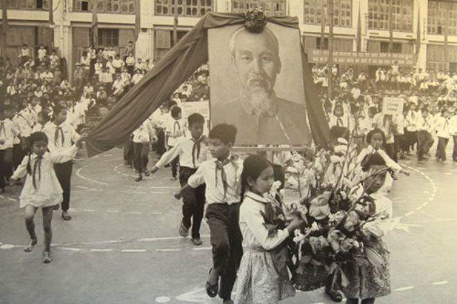 Học sinh tại một trường tiểu học miền Bắc rước ảnh Bác Hồ trong lễ khai giảng năm học mới. Giai đoạn này, mặc dù gặp nhiều khó khăn do chiến tranh nhưng những buổi lễ khai giảng vẫn được cố gắng tổ chức nghiêm chỉnh.