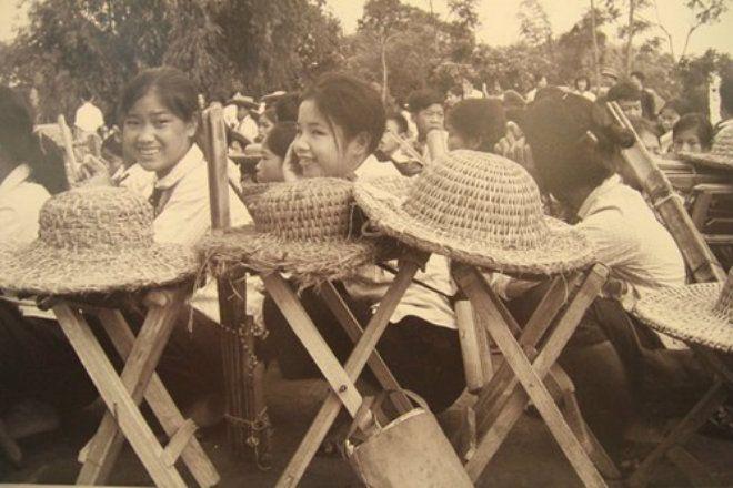 Học sinh miền Bắc trong lễ khai giảng vào những năm 70 của thế kỷ trước. Đây cũng là giai đoạn ác liệt nhất của chiến tranh. Trong hành trang đến trường, ngoài sách vở, học sinh còn có một vật dụng nữa là những chiếc mũ rơm chống đạn.