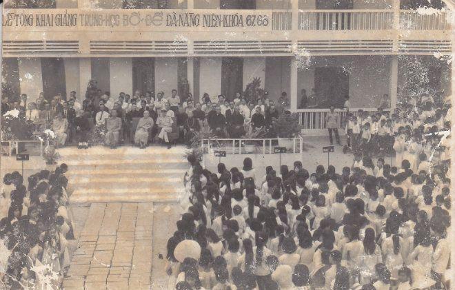 Lễ khai giảng niên khóa 1967 – 1968 của trường Trung học Bồ Đề Đà Nẵng. Ở miền Nam giai đoạn này, bên cạnh các trường công lập, hệ thống các trường tư thục phát triển khá mạnh và đa dạng. Trong đó có cả trường học miễn phí do các tôn giáo mở ra nhưng vẫn đi theo chương trình giáo dục chung theo quy định như hệ thống các trường Trung học Bồ Đề của Phật giáo chẳng hạn.