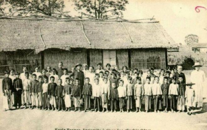 Một trường học dưới thời Pháp thuộc. Không có những buổi lễ khai giảng long trọng như bây giờ, thời đó, ngày tựu trường chỉ đơn thuần là lúc để các bậc cha mẹ đưa con mình đến nhập học.