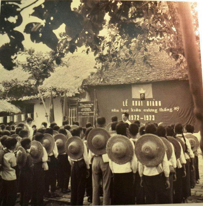 Đây là lễ khai giảng năm học mới của trường cấp II Dịch Vọng, Từ Liêm, Hà Nội niên khóa 1972 – 1973.