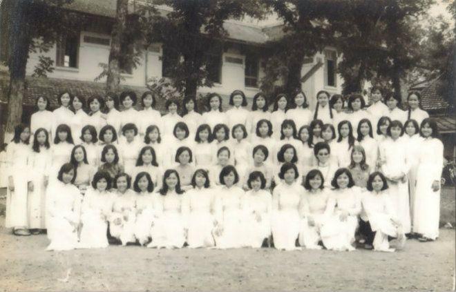 Các nữ sinh và giáo sư của trường Nữ Trung học Gia Long, Sài Gòn (nay là THPT Nguyễn Thị Minh Khai) trong ngày khai giảng. Trước 1975, hai phái nam và nữ phải học trong những ngôi trường riêng biệt với các giáo chức giảng dạy cũng được phân chia riêng biệt. Nói cách khác, vào thời này, trong những ngôi trường nữ như Gia Long sẽ tuyệt nhiên không có bóng dáng… đàn ông.