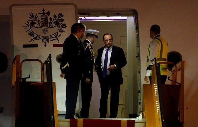 Tổng thống Pháp Francois Hollande xuất hiện tại cửa ra của chuyên cơ tại sân bay Nội Bài. Ông là vị tổng thống thứ ba của Pháp sang thăm Việt Nam, sau Tổng thống Francois Mitterrand (1993) và Tổng thống Jacques Chirac (1997 và 2004). Ảnh: Reuters.