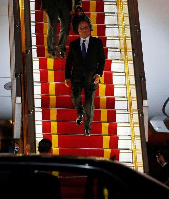 Ông Hollande sẽ ở thăm Việt Nam trong 2 ngày 6 và 7/9. Hai bên sẽ trao đổi các biện pháp thúc đẩy một số thỏa thuận hợp tác quan trọng, trao đổi về các vấn đề quốc tế và khu vực cùng quan tâm, nhằm cụ thể hóa nội hàm đối tác chiến lược Việt – Pháp. Dự kiến có khoảng 20 thỏa thuận sẽ được ký kết trong chuyến thăm này. Ảnh: Reuters.
