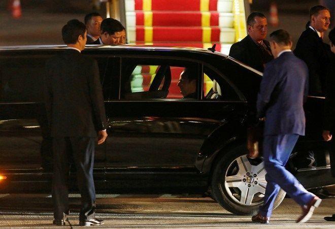Tổng thống Francois Hollande ngồi vào chiếc limousine lên đường về khách sạn. Sau khi kết thúc chương trình nghị sự tại Hà Nội, chiều tối 6/9 ông Hollande sẽ di chuyển vào TP HCM. Ông sẽ có cuộc hội đàm với lãnh đạo thành phố cũng như gặp gỡ cộng đồng người Pháp đang làm việc tại đây. Ảnh: Reuters.