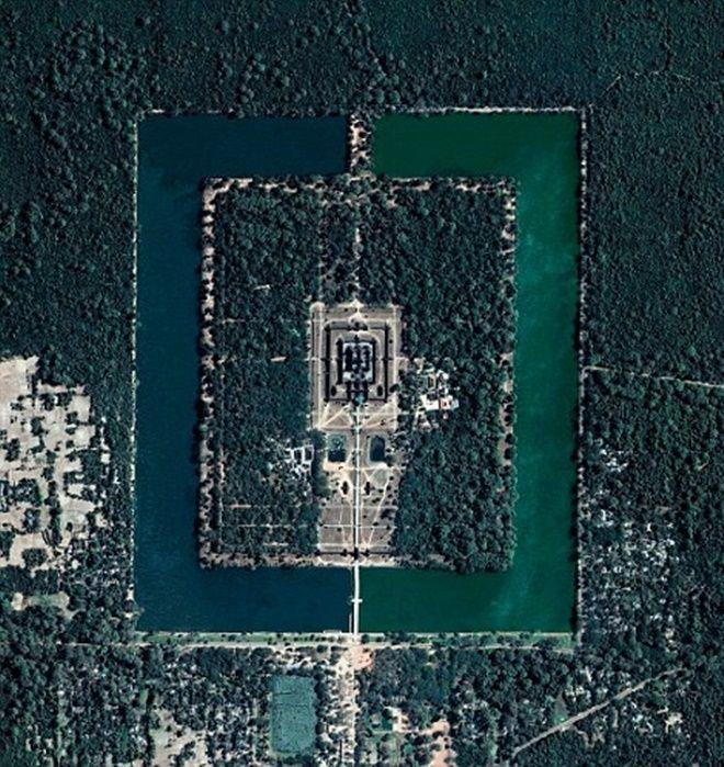 Đền Angkor Wat, Campuchia, kiến trúc tôn giáo lớn nhất thế giới nhìn từ trên cao với hào nước và rừng cây bao quanh.