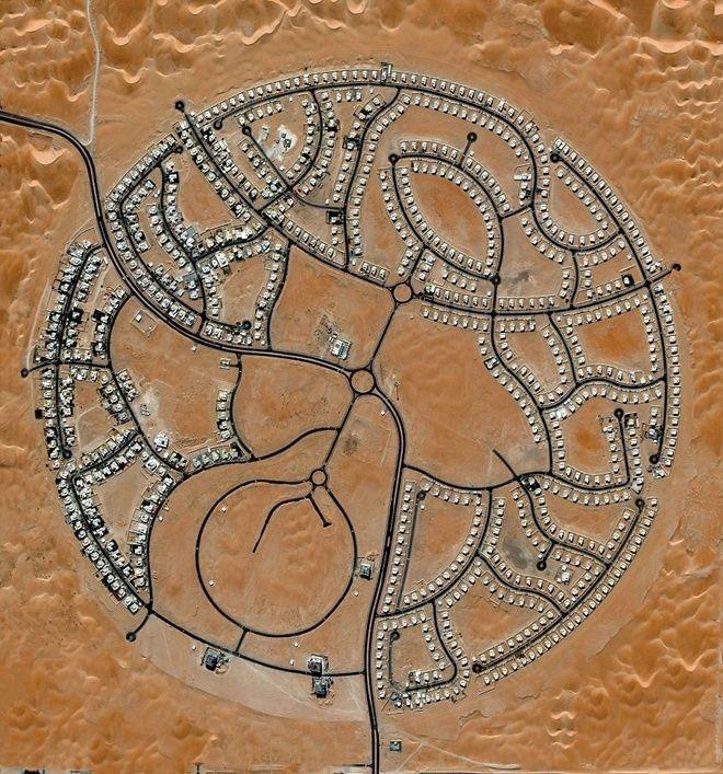 Khu biệt thự Marabe Al Dhafra ở Abu Dhabi có gần 2.000 người sinh sống. Nằm tại một trong những khu vực nóng nhất thế giới, nhiệt độ kỷ lục ở đây lên tới 49,2 độ C.