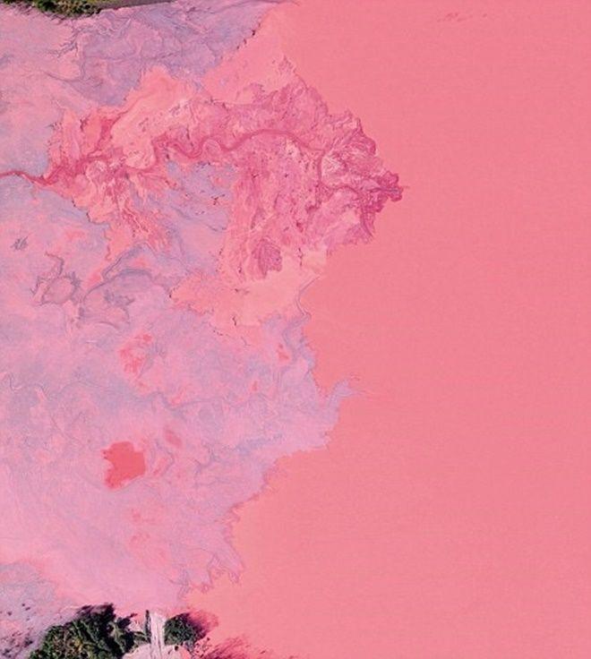Khu chất thải từ hoạt động khai thác mỏ được bơm vào lưu vực Gribbens, Negaunee, Michigan. Bức ảnh chụp không gian 2,5 km2 nhìn từ trên cao của lưu vực này.