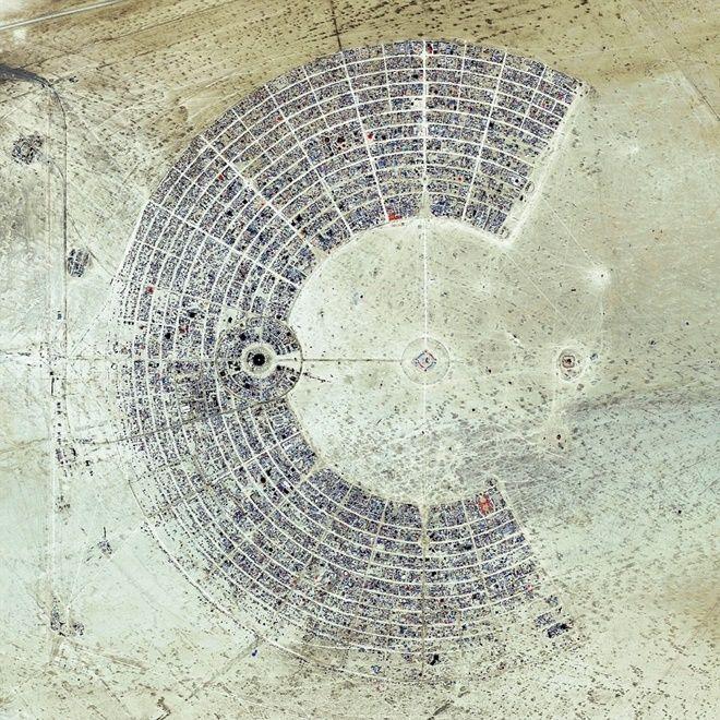 """Burning Man là sự kiện thường niên kéo dài 1 tuần ở sa mạc Black Rock, Nevada, Mỹ. Mỗi năm lễ hội thu hút hơn 65.000 người tham dự. Một trong những nguyên tắc cơ bản của lễ hội là """"không để lại dấu vết"""" nhằm giữ nguyên trạng cho sa mạc sau lễ hội."""