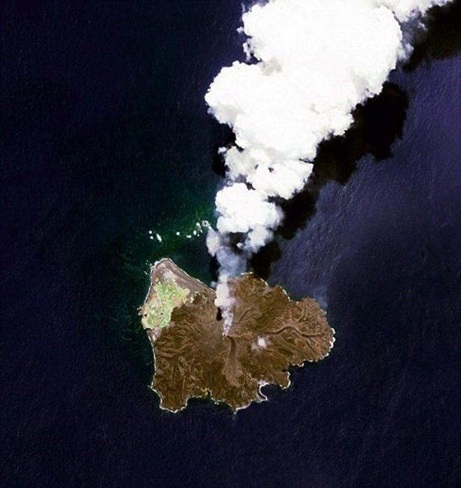 Nishinoshima là hòn đảo núi lửa phía nam Tokyo, Nhật Bản. Bắt đầu từ tháng 11/2013, núi lửa phun trào cho tới tháng 8/2015. Trong quá trình này, hòn đảo gia tăng về kích thước.