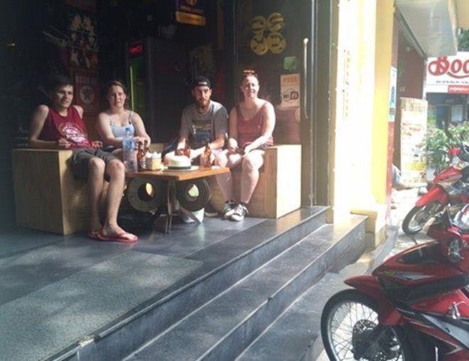 Khách nước ngoài trong một quán bar chọn chỗ ngồi gần đường đợi ông Hollande đi qua. Ảnh: Văn Việt.
