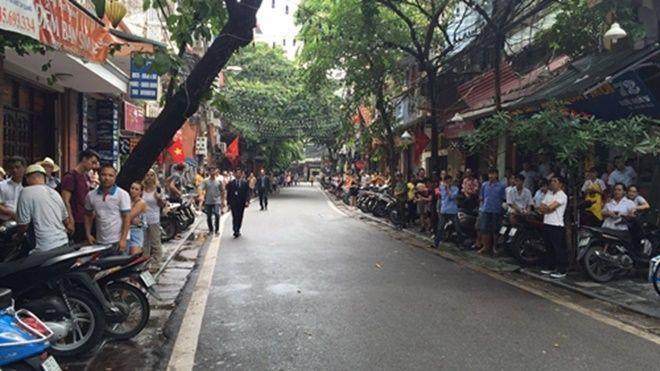 Người dân đứng chờ Tổng thống Pháp Francois Hollande. Ảnh: Việt Anh.