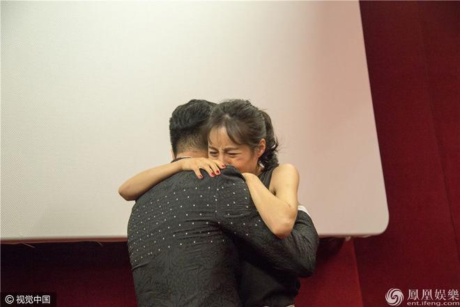 Nữ diễn viên bật khóc liên tục. Hình ảnh này càng khiến Lương Kính Khả tạo sự chú ý ở LHP Venice.