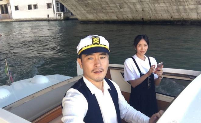 Bộ phim Em đang nơi đâu là tác phẩm điện ảnh đầu tay do Phàn Hạo Luân đạo diễn, và bà xã Lương Kính Khả đóng vai nữ chính.
