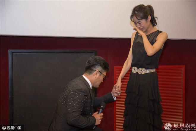 Thậm chí, trong buổi công chiếu phim Em ở nơi đâu vào ngày 5/9 trong khuôn khổ liên hoan phim, đạo diễn Phàn Hạo Luân - cũng là chồng của Lương Kính Khả đã bất ngờ quỳ xuống…