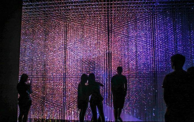 Nơi đây đang phô diễn tác phẩm Crystal Universal thuộc triển lãm Future World: Where art meets science. Đông đảo du khách tìm đến chiêm ngưỡng, nên sự kiện kéo dài hàng tháng trời.