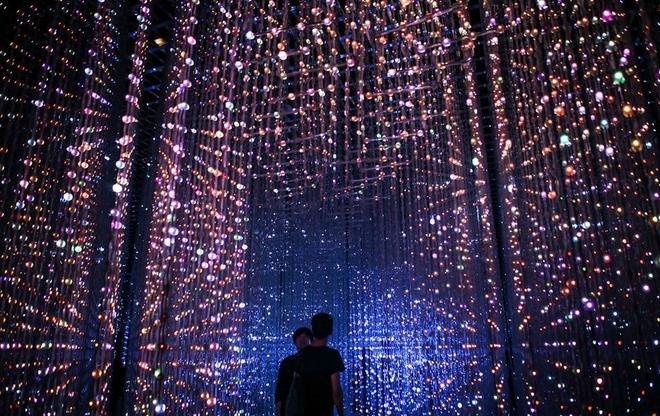 Crystal Universal là một tác phẩm được tạo ra bằng công nghệ Vision 4D, tương tác với hơn 170.000 đèn led, cho những ảo ảnh của các ngôi sao di chuyển trong không gian.